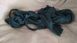 Nasse Crinkle-Bluse trocknet zusammengedreht