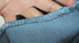 Innen mit Schrägband versäuberter Saum der Crinkle-Bluse