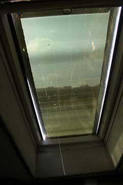 Fenster mit aufgelegter Hitzeschutzplatte von innen