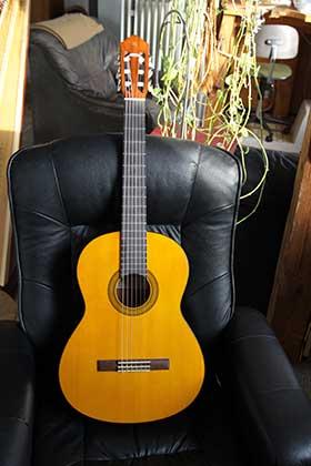 Akustische Gitarre mit tiefer Saitenlage und weicher Besaitung