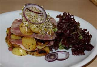 Rheinhessen-Tapas: Schwartenmagencarpaccio mit Bratkartoffeln