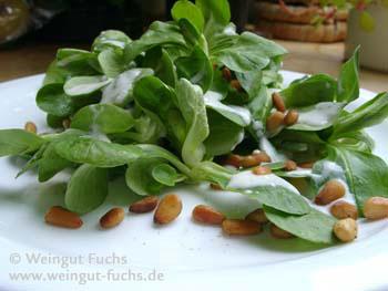 Feldsalat mit Verjus-Joghurt-Dressing und gerösteten Pinienkernen