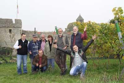 Das Weingut Fuchs-Team vor der Dalsheimer Fleckenmauer